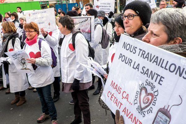 Manifestation à Paris des salariés de Fenwal contre le projet de licenciement, le 21 janvier 2015.