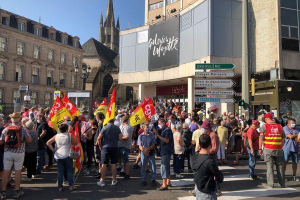 Environ 200 personnes Carrefour Tourny à Limoges lors de la journée de mobilisation interprofessionnelle du 17 septembre 2020.