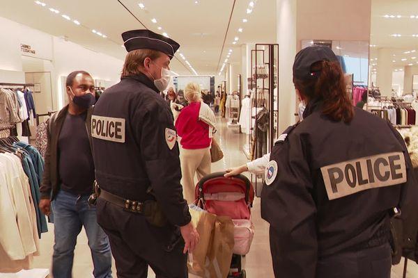 Au centre commercial Polygone, plusieurs policiers étaient chargés de vérifier le respect des gestes barrières samedi 30 janvier.