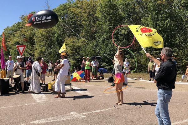 """C'est la septième année qu'ils se retrouvent devant le CEA de Valduc. Les manifestants regrettent que """"la France ne joue pas le jeu du désarmement nucléaire"""". Ils ont aussi rendu hommage aux victimes des armes nucléaires."""