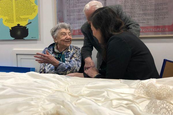 Suzanne fait don de sa robe au musée.
