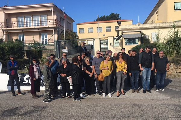 Des membres de l'Associu Sulidarità devant l'entrée de la caserne de gendarmerie d'Aspretto en soutien à Cathy Bartoli, placée en garde à vue.