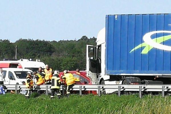 Les pompiers du SDIS 25 tentant d'extraire les victimes de la carcasse de la voiture.
