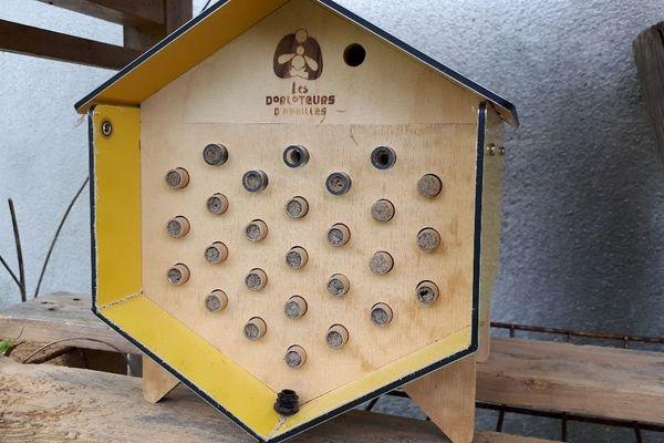 Les abeilles sauvages construisent ensuite leur nids dans les tubes de cette ruche.
