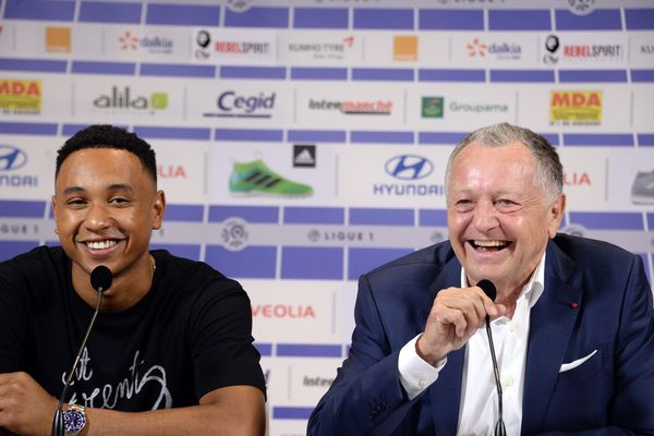 Kenny Tete, tout sourire aux côtés de Jean-Michel Aulas.