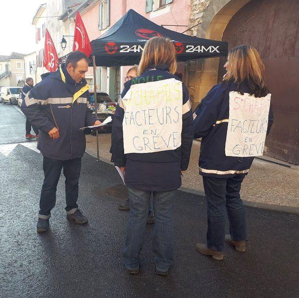 Les agents de la Poste sont en grève avaient fait signer une pétition contre la fermeture du centre de distribution de Saint Chaptes .