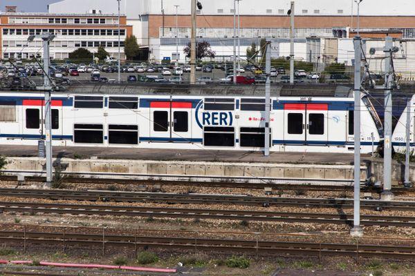 Le RER A en gare de Poissy