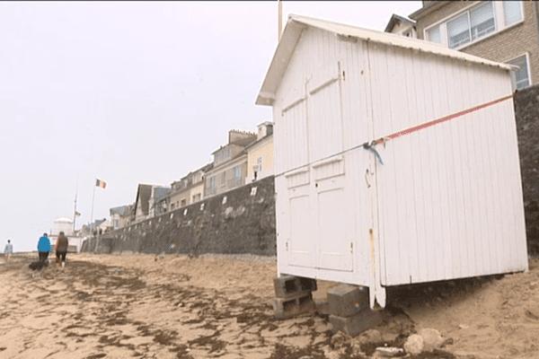 A Saint-Aubin-sur-Mer, des habitants ont consolidé comme ils pouvaient des cabines de plage pour éviter qu'elles ne soient emportées par la marée