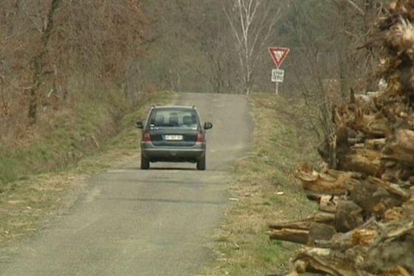 Les voitures doivent partager la route avec les camions qui transportent le bois.
