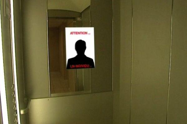 Ayant identifié le voleur grâce aux réseaux sociaux, la victime épingle sa photo dans l'ascenseur de l'immeuble.