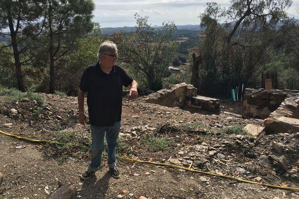 Huit mois après l'incendie qui a ravagé la Costa Verde, Dominique Martelli vit sous une tente à côté de sa maison désormais rasée.