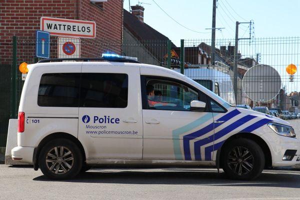 La police belge surveillant la frontière entre Mouscron et Wattrelos.