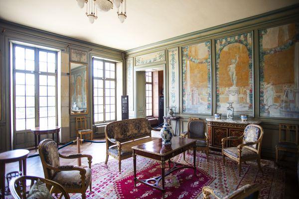 Le grand salon avec les décors peints de l'artiste décorateur Adrien Karbowski.