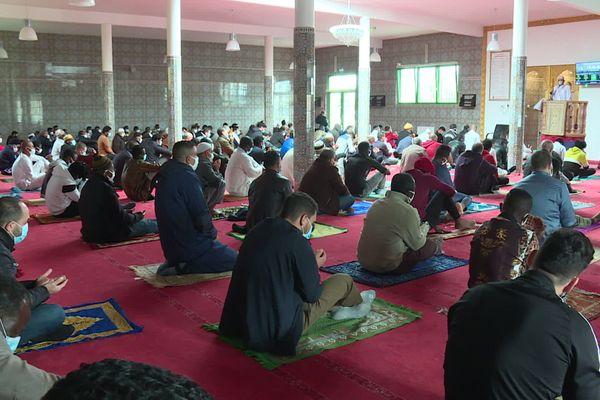 Les fidèles étaient nombreux ce vendredi après-midi pour écouter le prêche de l'imam à la mosquée Al Rahman de Laval.