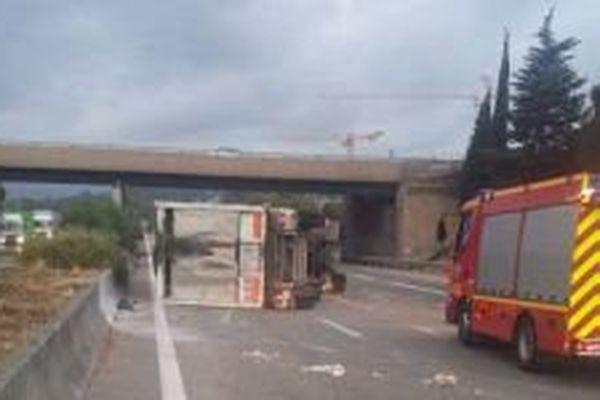 Le camion couché sur la voie dans le sens Nice-Aix ce vendredi matin.