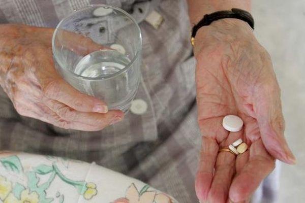 Une personne âgée prend des médicaments, le 28 juin 2005, dans une maison de retraite à Lorient (Morbihan).