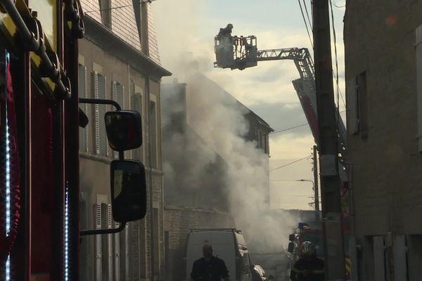 Le feu a pris dans une rue où il n'est pas facile pour les pompiers d'intervenir.