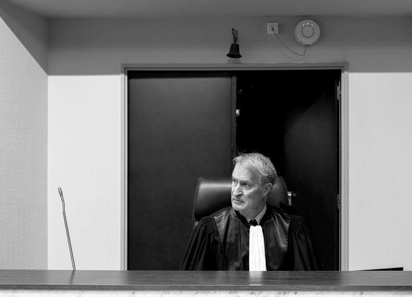 Comme dans un procès normal, le président pose des questions pour comprendre. Pendant le confinement, pour éviter les extractions, les vidéo-conférence permettent d'établir un dialogue entre la Cour et les accusés.