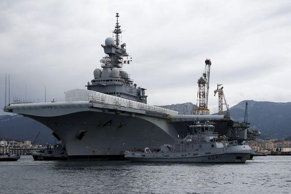 Le porte-avions Charles de Gaulle a été remorqué ce matin dans le bassin Vauban à Toulon pour commencer sa rénovation.