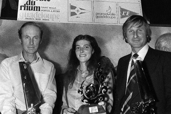 """Les vainqueurs de la """"Route du Rhum"""", (de G à D) Mike Birch, Florence Arthaud, et Michel Malinovski posent avec leur trophée remis par """"l'Equipe"""", le 16 janvier 1979, à Paris"""