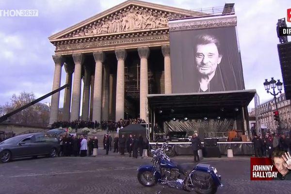 La moto de Johnny, rachetée par un Annecien, devant l'église de la Madeleine, où une messe en l'honneur de la star a été donnée