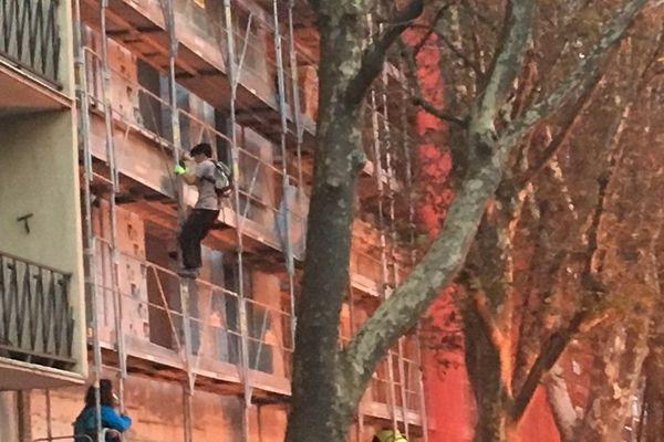 """En face du musée des abattoirs, les manifestants """"se servent"""" sur un chantier."""
