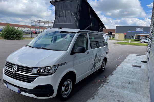 Les vans aménagés peuvent se garer partout, d'où leur grand succès.