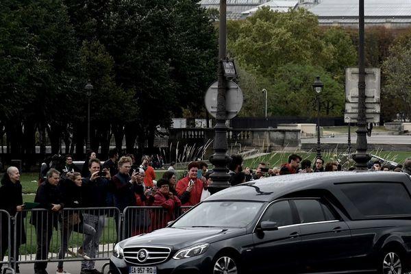 Le corbillard transportant le cercueil de Jacques Chirac, pour l'hommage populaire organisé aux Invalides.