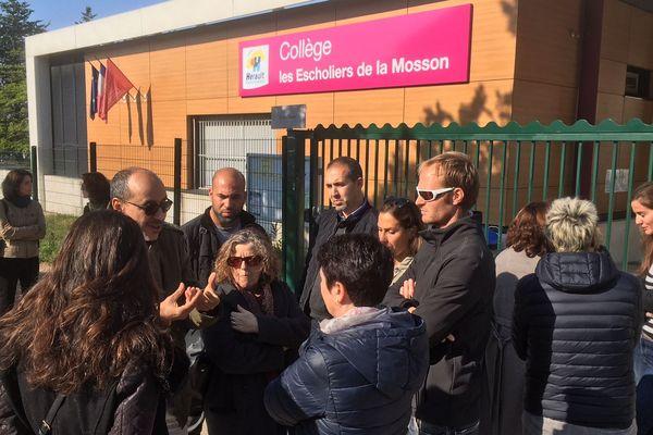 Rassemblement des personnels grévistes devant le collège des Escholiers de la Mosson à Montpellier.