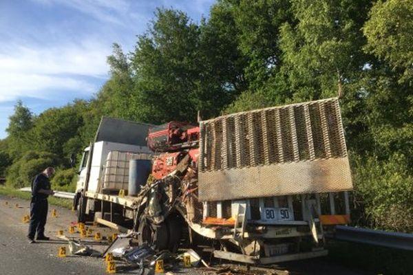 Un gendarme procède à des constatation sur le camion après l'accident.