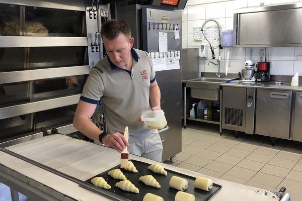 Sébastien Chazée en pleine préparation de ces fameux croissants