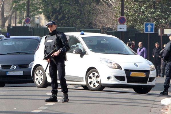 24 mars 2012 : Abdelkader Merah, frère de Mohamed Merah est emmené par la police à la cellule antiterroriste de Levallois-Perret.