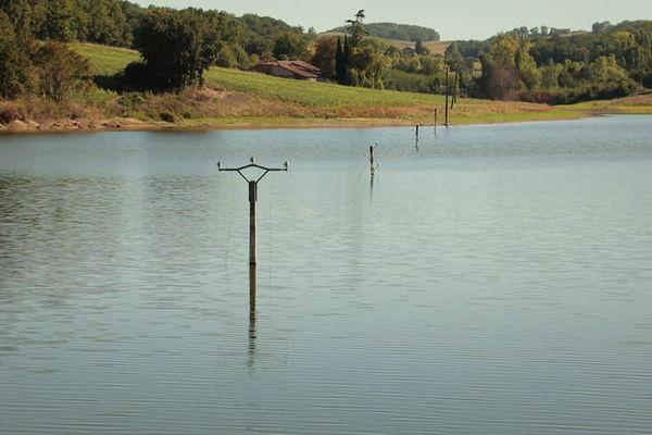 On le devine à ces poteaux abandonnés, désormais hors d'usage, le chantier du Lac de Caussade n'a pas été mené dans les règles de concertation habituelles