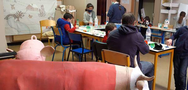 Trois mercredis d'atelier ont été nécessaires aux jeunes du centre aéré de Vence pour confectionner le decorum animalier sur le thème de Jean de la fontaine.