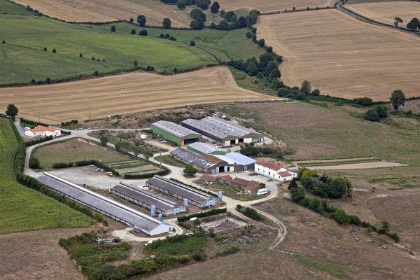 Selon l'ORES, les Pays de la Loire comptaient 31 100 en 2013, alors qu'elles étaient au nombre de 80 000 environ en 1990. Ici, une exploitation agricole vendéenne vue du ciel.