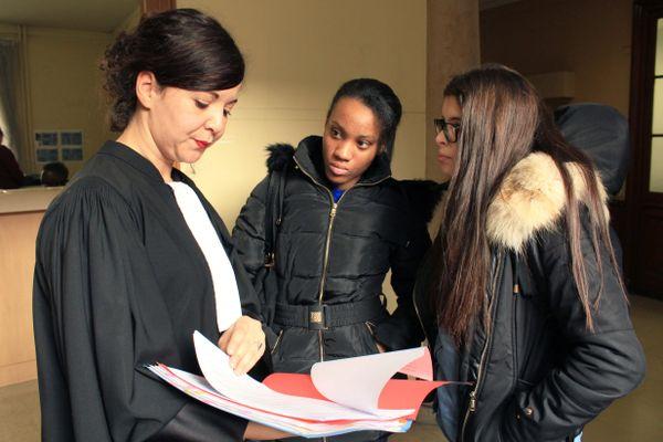 Au Palais de Justice, Brianna et Vanessa observent et découvrent la profession d'avocate.