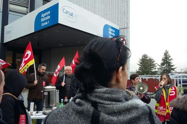 Manifestation de salariés de la CARSAT du Centre Ouest à Limoges, inquiets pour leur avenir et opposés au projet de réformes des retraites