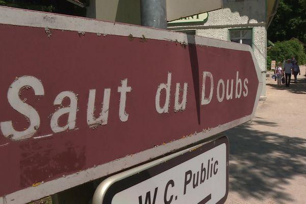 Le Doubs a son plus haut niveau comme en hiver mais sous un soleil d'été.