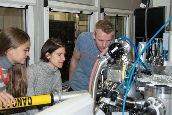 """En dévoilant l'intérieur de la matière, le Synchrotron a donné les clés du mécanisme de détérioration du tableau. Dr. Annalisa Chieli (Université de Pérouse, Italie), Dr. Letizia Monico (CNR, Italie) et Dr. Gert Nuys (Université d'Anvers, Belgique) lors de mesures de micro-flocons de jaune de cadmium du """"Cri"""",  Au Synchrotron (ESRF - Grenoble)"""