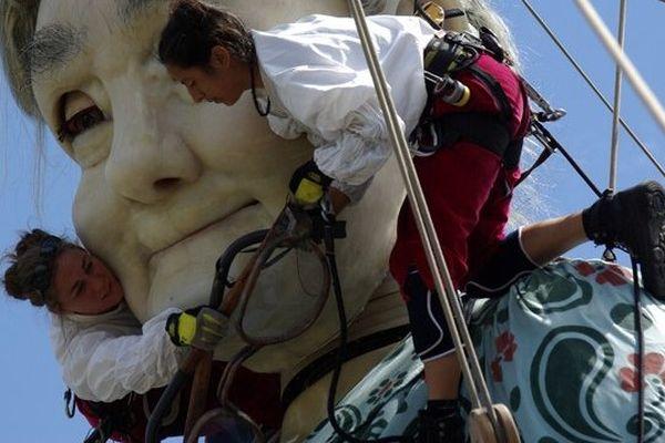 Les Lilliputiens manipulateurs de géants dans les rues de Nantes