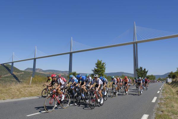 Passage des coureurs cyclistes sous le viaduc de Millau lors du Tour de France 2020.