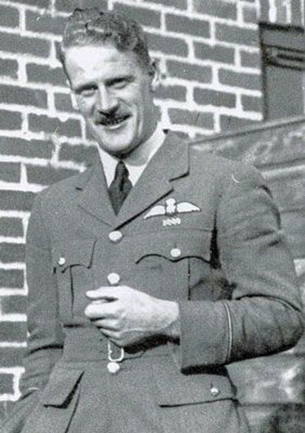 James Muirhead accompagnait Witold Glowacki lorsque le Polonais a été abattu au-dessus d'Ambleteuse, le 24 septembre 1940. Rentré vivant ce jour-là à Croydon, il sera tué peu de temps après, le 8 octobre 1940, près de Gillingham, lors d'un combat aérien. Il avait 27 ans.