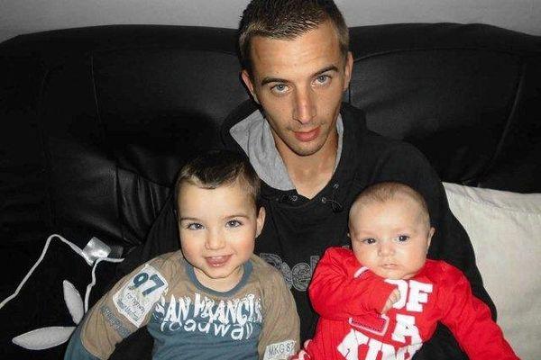 Théo avec son papa et son petit frère