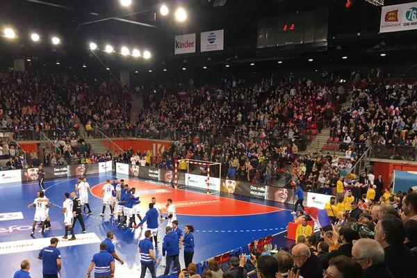 Le public du Kindarena debout pour acclamer les handballeurs français au coup de sifflet final de France-Slovénie (29-21)