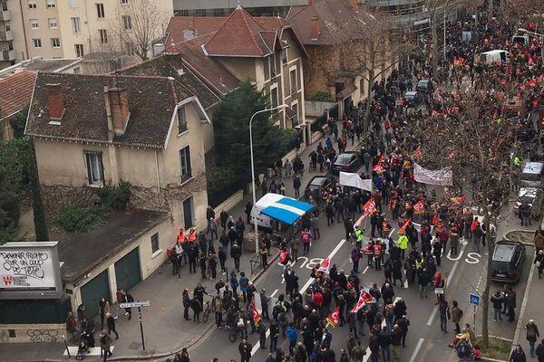 Plusieurs milliers de personnes manifestent ce mardi 17 décembre à Lyon.