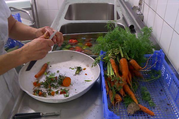 Les légumes du potager terminent dans les assiettes des collégiens.