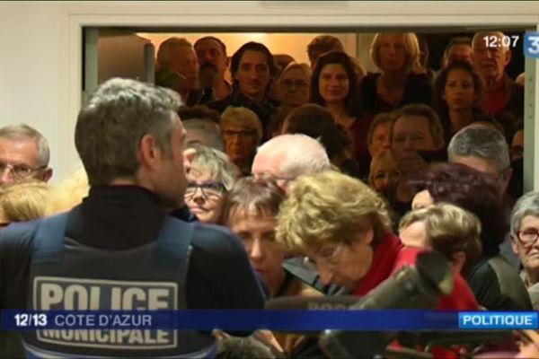 Jeudi soir, la salle du conseil municipale étaient bondée. Plus d'une trentaine de personnes ont du suivre les débats debout.