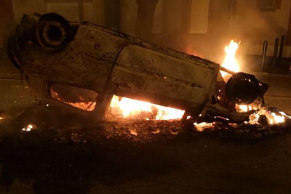 Un véhicule en feu dans le quartier des Arènes