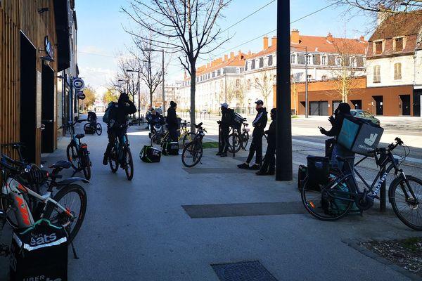 Les livreurs à vélo de Dijon, dans un centre-ville presque vide.