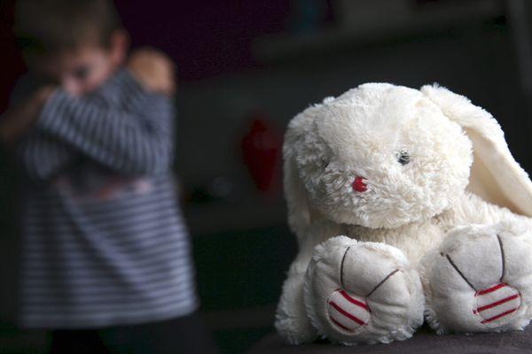 De jeunes enfants se retrouvent en foyer ou à la rue faute de place dans des familles d'accueil.